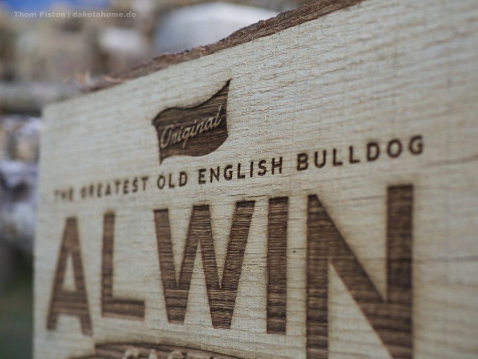 Hundehütten Eingangsschild, entworfen von Flying Piston Studios